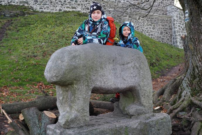 Ślężański niedźwiedź - starożytna rzeźba dzisiaj prawie zasypana drewnem na ognisko...