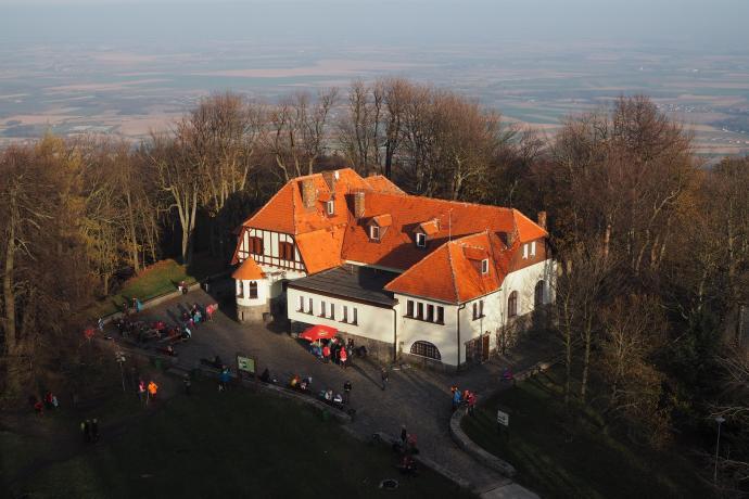 Budynek Domu Turysty PTTK z wieży kościółka prezentuje się najokazalej.