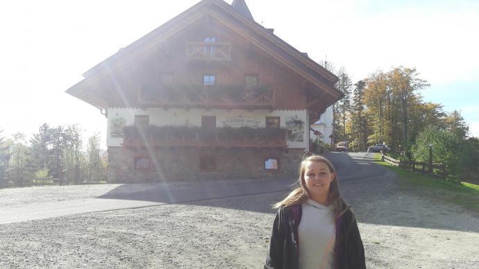 Křížový vrch - Justyna a w tle hotel na szczycie