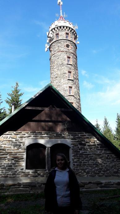 Zlaty Chlum - Justyna a w tle wieża widokowa