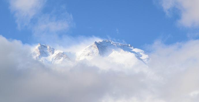 Szczyt Nanga Parbat pokryty śniegiem.