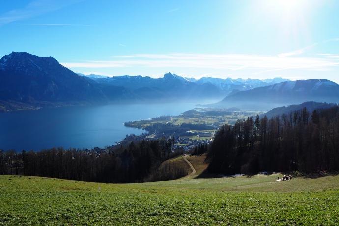 Traunsee i góry Salzkammergut z punktu widokowego na Gmundenerberg.