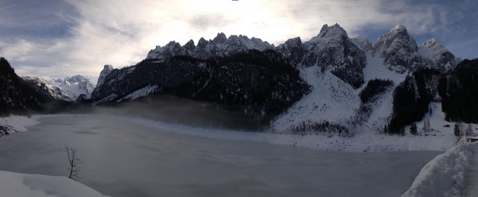 Panorama otoczenia jeziora z północnego brzegu Vorderer Gosausee.