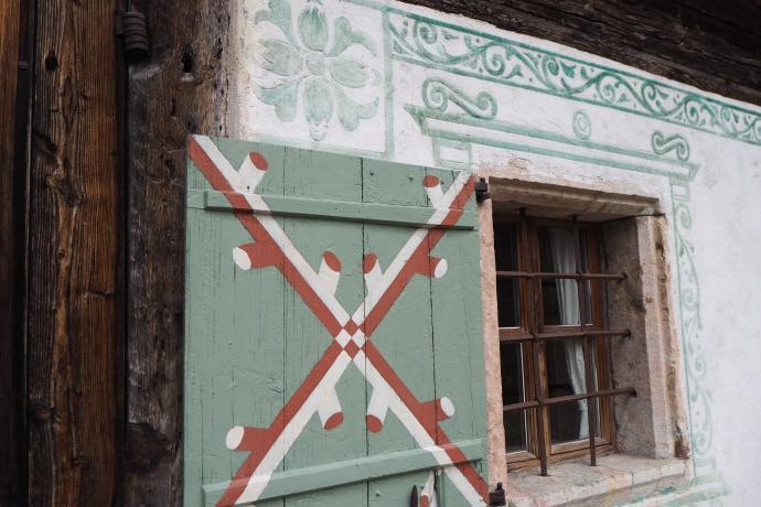 Piękne malowane ozdoby na budynku wejściowym