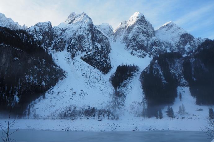Po przeciwnej stronie jeziora patrzy na nas  Donnerkogel ze swoją świtą