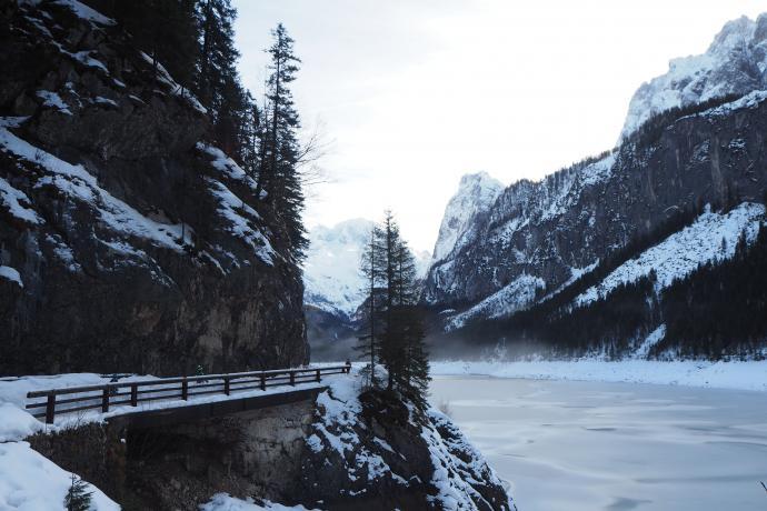 Pod pionowymi skałami trasa wiedzie po mostkach.