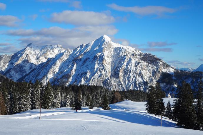 Wysokość otaczających szczytów przypomina te znane z Tatr.