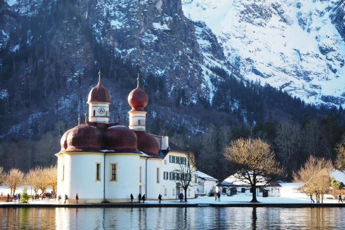 Kościół znajduje się nad Königsee, na półwyspie Hirschau