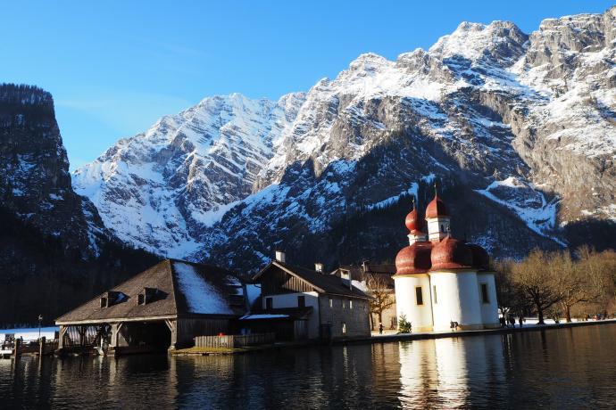 Do kościoła można dotrzeć tylko statkiem lub po długiej wędrówce przez okoliczne pasma górskie