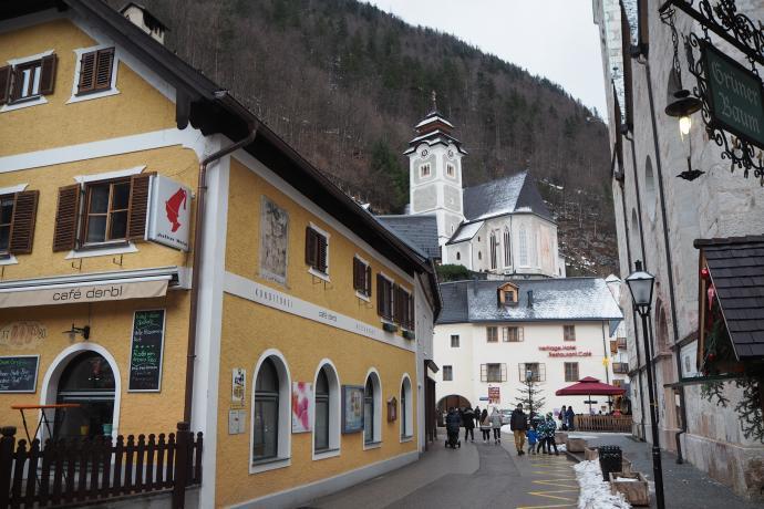 Nad miastem góruje kościół katolicki  (Katholishe Pfarrkirche)
