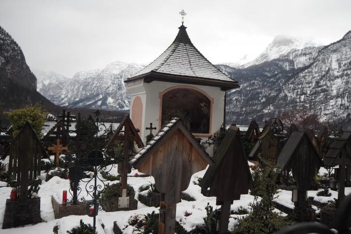 Do kościoła przylega niewielki cmentarz św. Michała