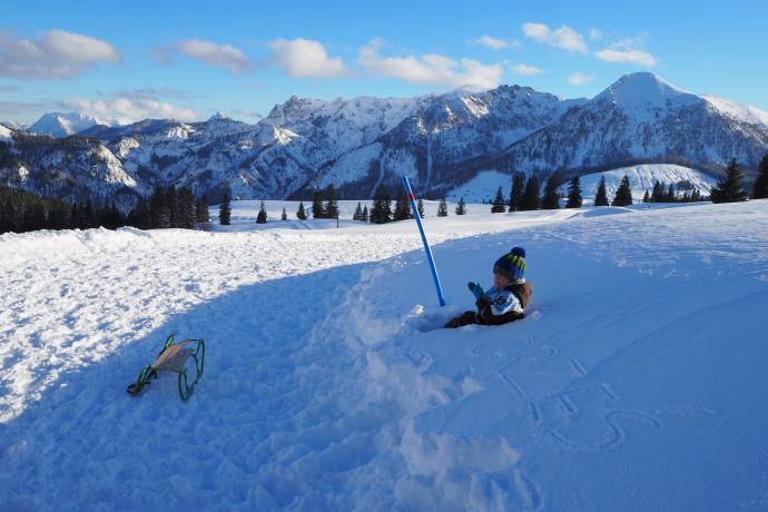 Zimowe szlaki wytyczone w okolicy hali Postalm idealnie nadają się na rodzinną wycieczkę.