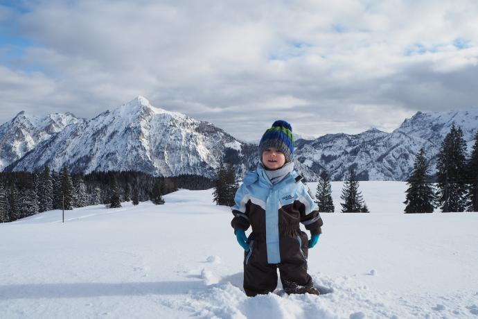 Gdy więksi turyści zachwycają się widokami, mniejszym do szczęścia wystarczy śnieg.