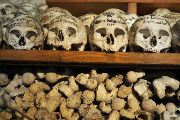 Na czaszkach są zapisane nazwiska zmarłych i daty ich śmierci