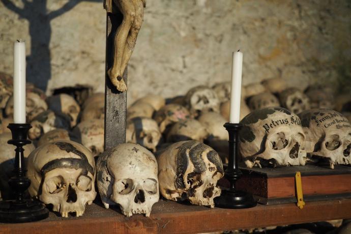 Ostatnią czaszkę umieszczono tu w 1995 r. - widać nawet złoty ząb zmarłej