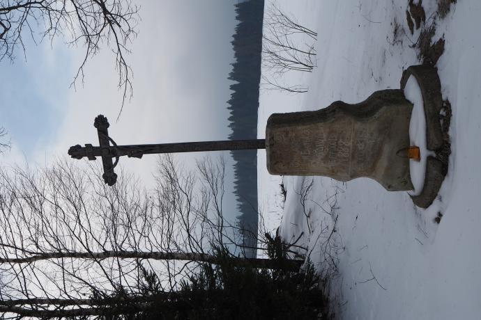 Mijamy krzyż przydrożny z 1888 r.