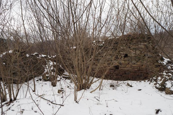 Mijamy pozostałości po dawnym dworze w Krywem