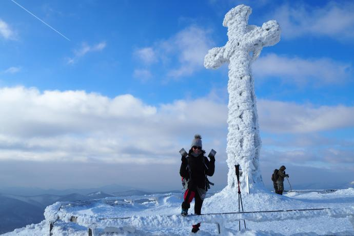 Krzyż jest pięknie ozdobiony szronem.