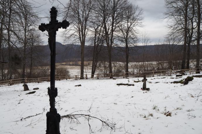 Wchodząc do Tworylnego od strony Krywego, najpierw zobaczymy dawny cmentarz