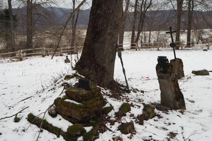 W Tworylnem właściwie są dwa cmentarza - jeden po jednej, a drugi - po drugiej stronie drogi.