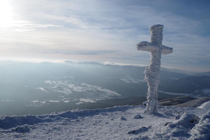 Stalowy krzyż upamiętnia śmierć turysty porażonego prądem w 1978 r.