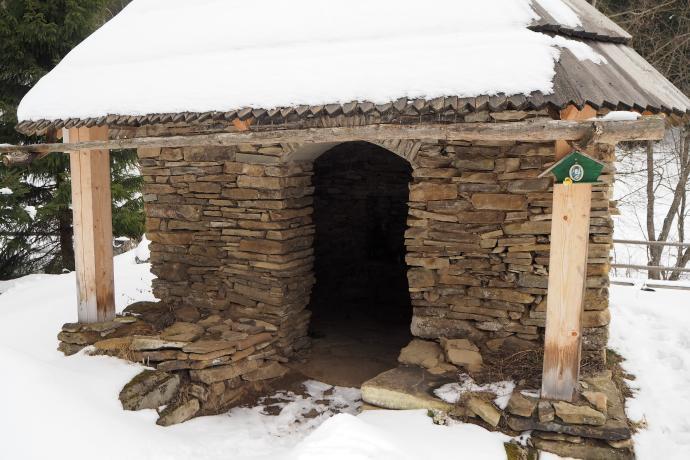 Zachowała się kaplica cmentarna. Nagrobki Andrzeja i Klary Stroińskich zostały przysypane przez śnieg.