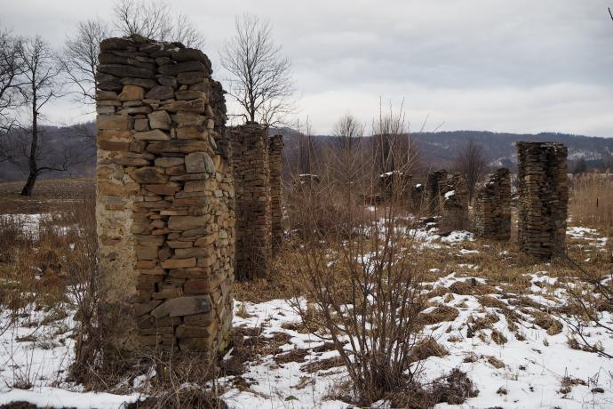 Udało się obejść dookoła i są! Ruiny stajni dworskiej w Tworylnem.