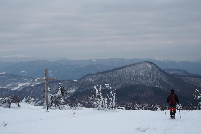 Na Przełęczy Bukowskiej również stoi krzyż.