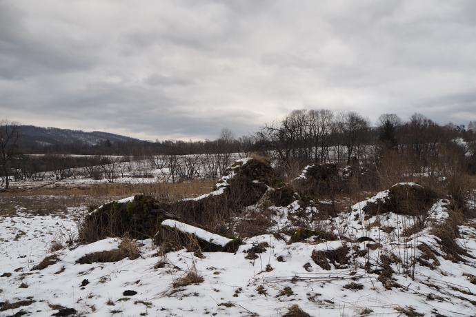 Tuż obok znajdziemy pozostałości stodoły dworskiej.