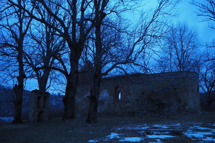 I znów w Krywem. Tym razem przechodzimy obok ruin cerkwi św. Parasekwii