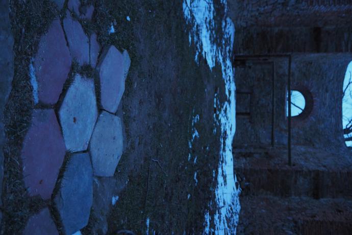 Widać też pozostałości terakotowej posadzki