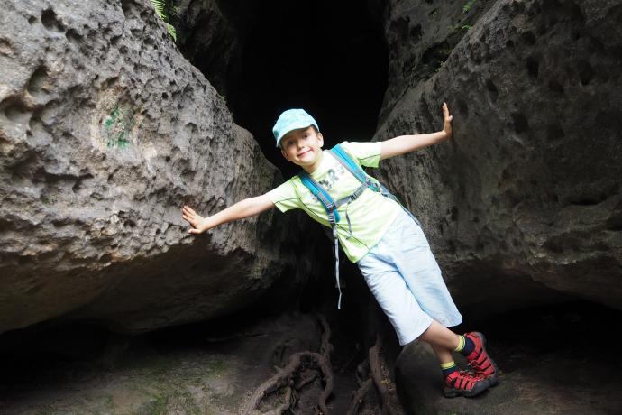 W odnajdywaniu trasy w Labiryncie pomagają strzałki i kolejne numerki, wymalowane na skałach
