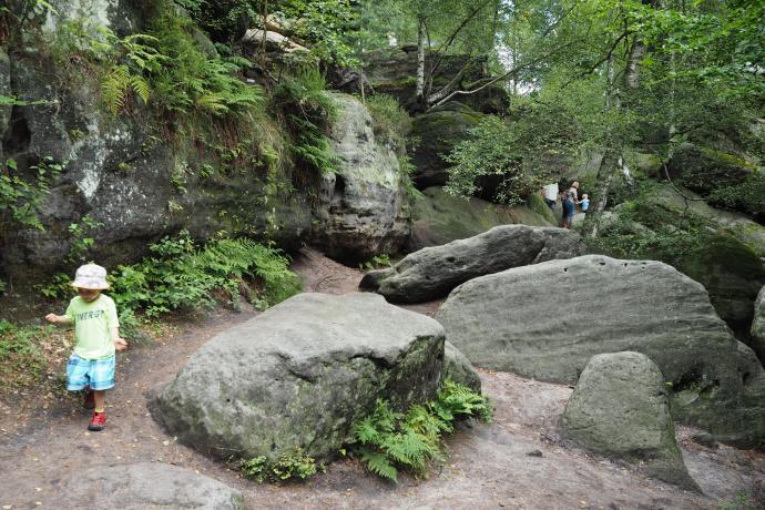 Ścieżka turystyczna kluczy pomiędzy skałami