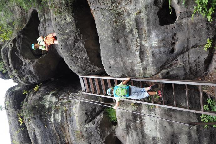 To jedna z głównych atrakcji na trasie - drabinka doprowadza do wąskiego, ciemnego przesmyku między skałami