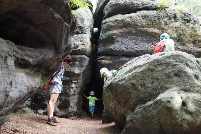 Ścieżka wprowadza w kolejny tunel skalny. Grześ dzielnie idzie na pierwszy ogień