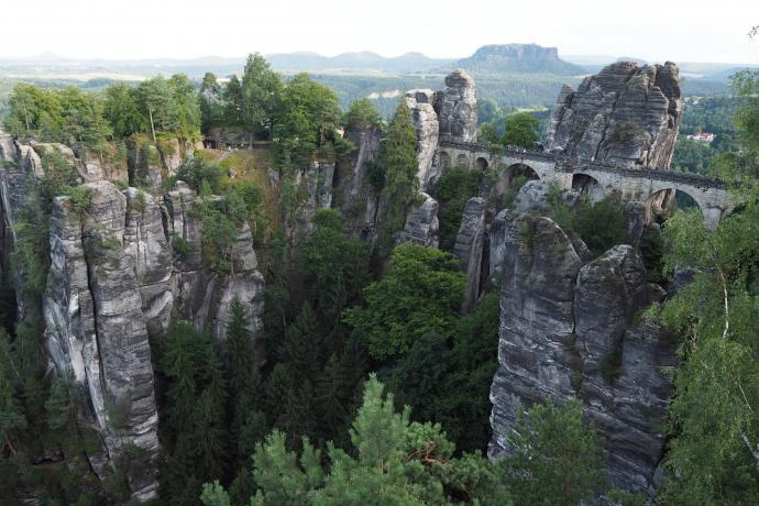Bastei. Najlepszy widok na most otwiera się z platformy widokowej na skale.