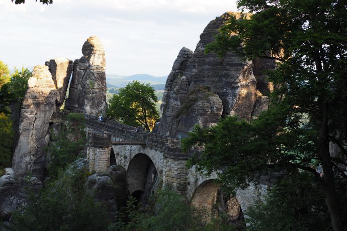 ...a most stoi prawie 200 m powyżej poziomy przepływającej tuż obok Łaby.