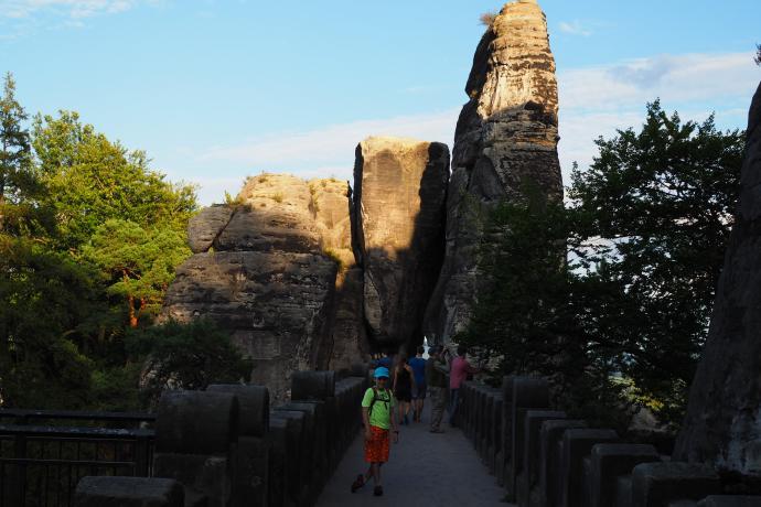 Most zamyka piękna formacja skalna.