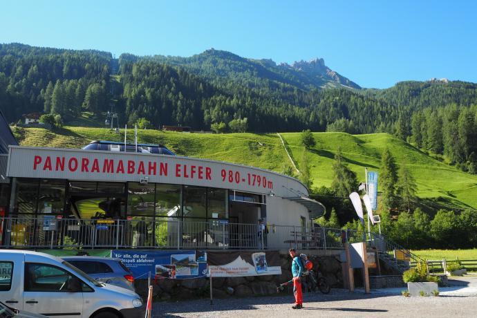 Kolejka Panoramabahn Elfer wwozi nas na wysokość 1790 m