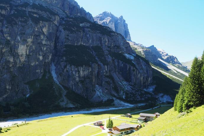 Szlak sprowadza w dolinę w okolicy schroniska Pinnisalm.
