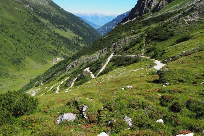 Wygodnie poprowadzone zakosy wprowadzają na wysokość 2370 m.