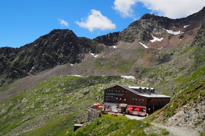 Stąd już tylko krok do bardzo przyjemnego schroniska  Insbrucker Hütte (2370 m)