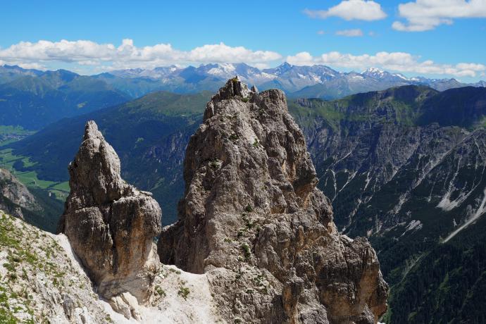 Dolomitowe wychodnie skalne mają bajkowe kształty.