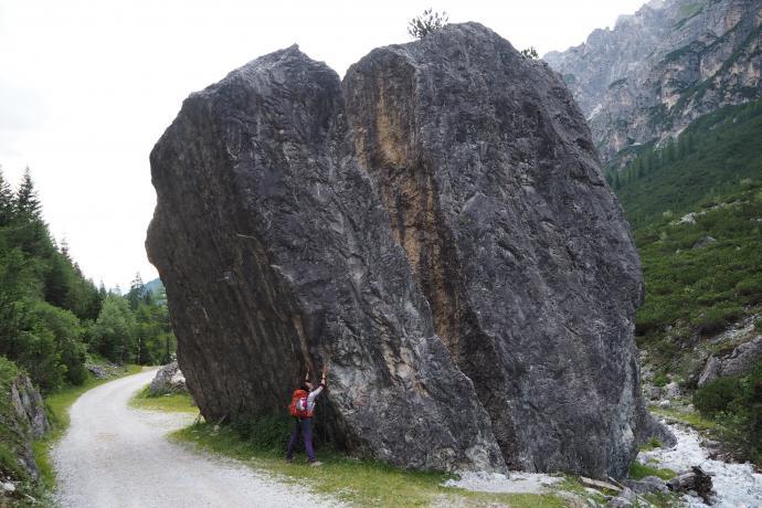 Gigantyczna, pęknięta na pół wanta za schroniskiem Pinnisalm.