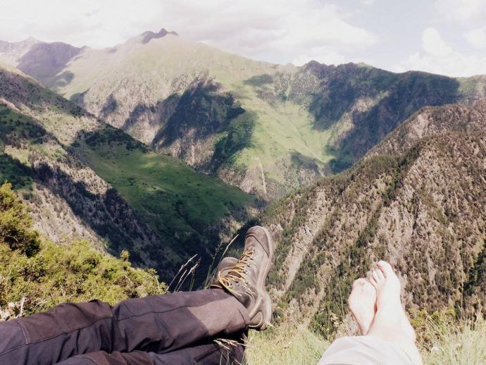 widok na niesamowicie wyrzeźbione doliny na granicy z Dagestanem
