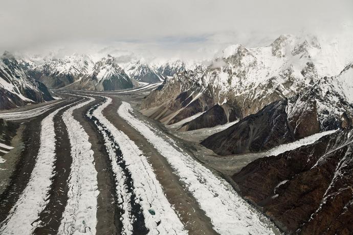 Ryc. 5. Górna część lodowca Baltoro (Baltoro South), widok w dół lodowca. Wstęgi moren środkowych oddzielają od siebie pasy czystego lodu. Fot. Thsulemani, Wikimedia, CC-BY-SA 3.0.