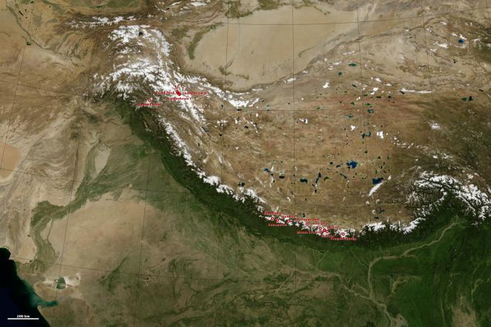 Ryc. 1. Mozaika zdjęć satelitarnych z oznaczonymi na czerwono ośmiotysięcznikami. Karakorum skupione jest wokół K2 w lewej górnej części zdjęcia. Himalaje ciągną się łukiem od prawej krawędzi zdjęcia aż po Nanga Parbat. Fot. NASA Earth Observatory.