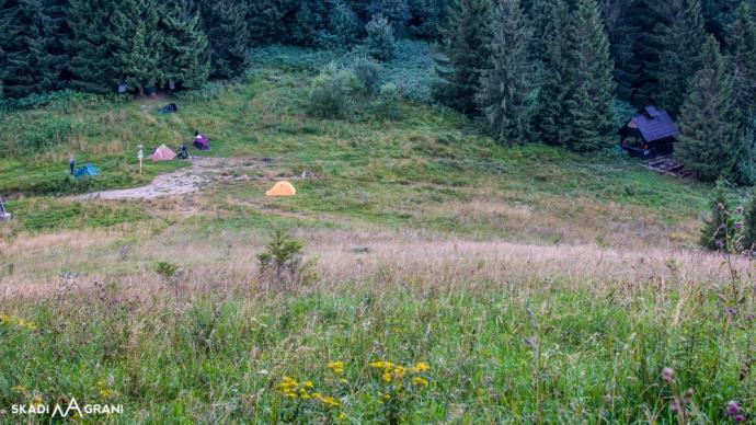 Ostatnią wędrówkę rozpoczynamy od ostrego podejścia. W dole przełęcz na której biwakowałyśmy.