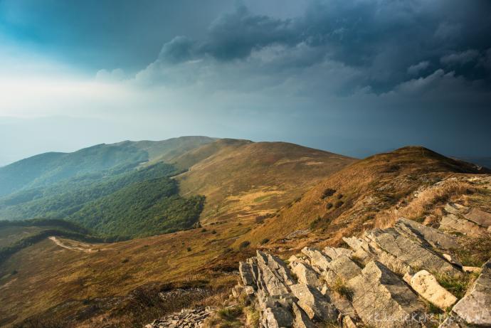 Panorama ze szczytu Tarnicy. Na niebie zbliżająca się burza.