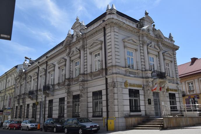 Budynek w którym swą siedzibę miało przed II wojną światową Towarzystwo Zaliczkowe Rolne. Obecnie siedziba Banku PKO